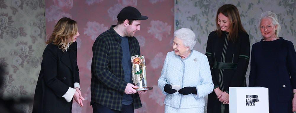 Вручение королевской награды дизайнеру Ричарду Куинну